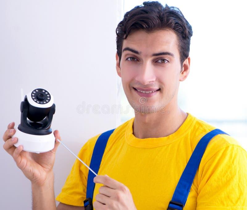 Entrepreneur installant des appareils-photo de t?l?vision en circuit ferm? de surveillance dans le bureau image stock