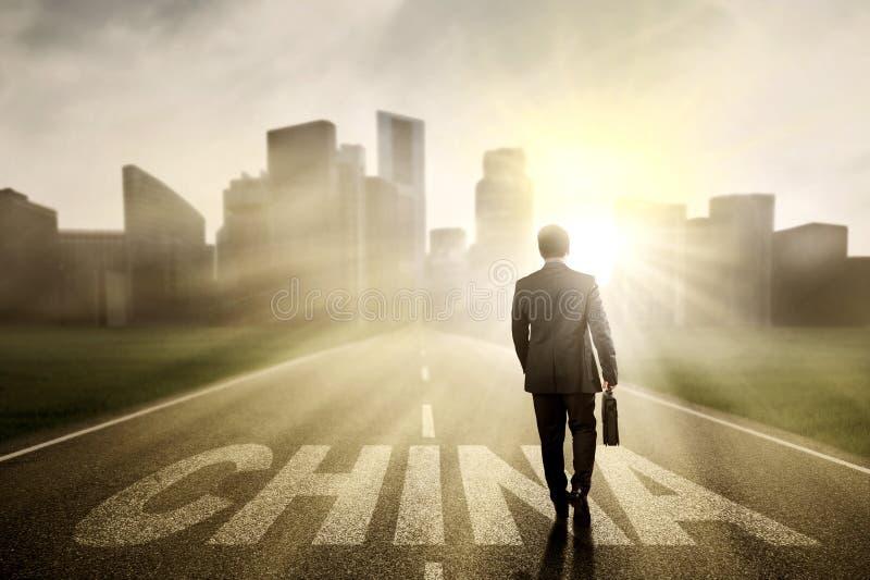 Entrepreneur masculin avec le mot de la Chine sur la route photo libre de droits