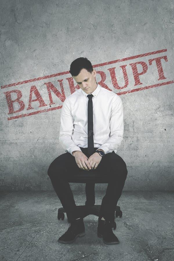 Entrepreneur masculin désespéré avec le mot de faillite images libres de droits