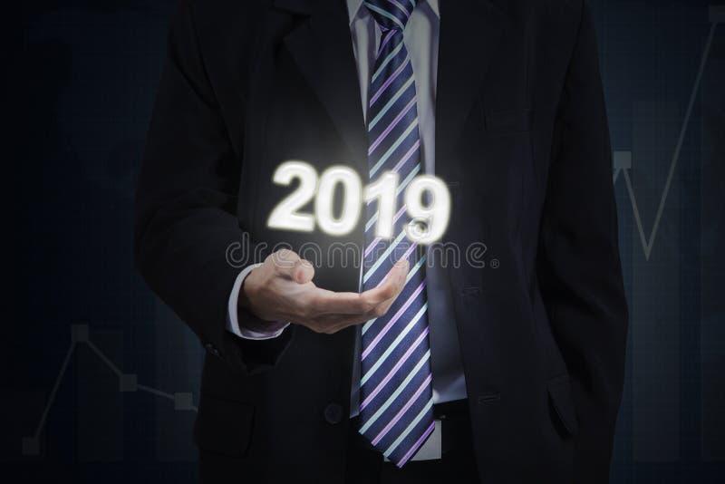 Entrepreneur masculin montrant les numéros 2019 image stock