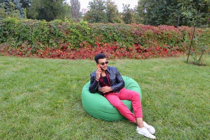 Entrepreneur masculin musulman majestueux Takes Out Phone et réponses calorie photos stock