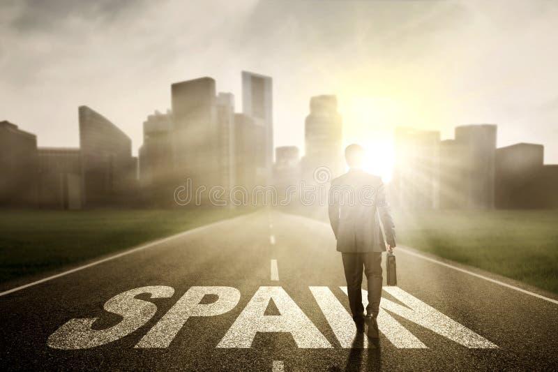 Entrepreneur masculin sur la route avec un mot de l'Espagne photos stock