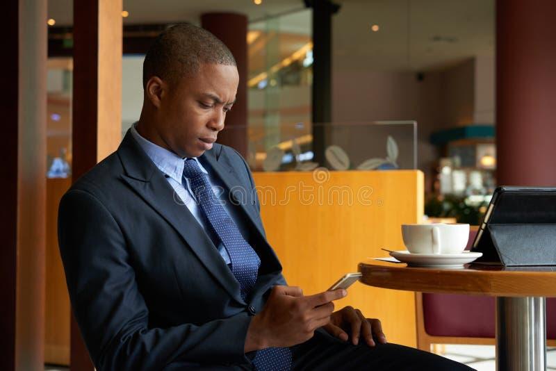Entrepreneur sérieux textotant image libre de droits