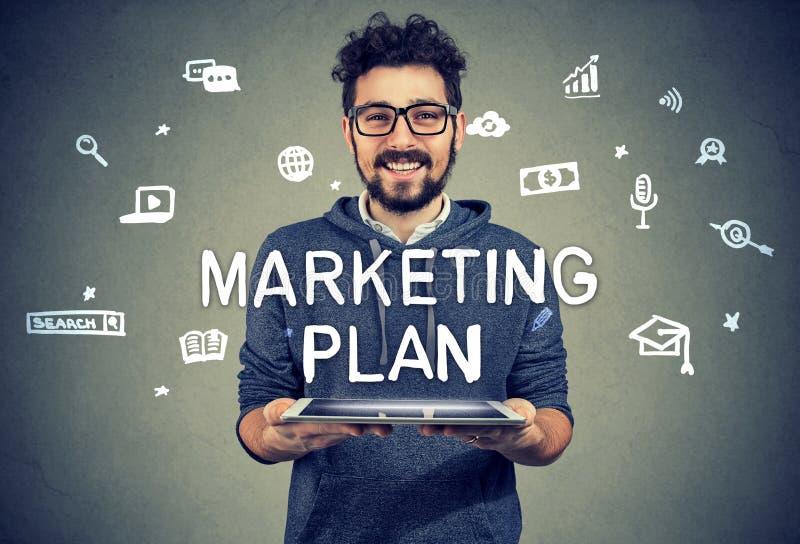 Entrepreneur satisfait ayant le plan marketing photo stock