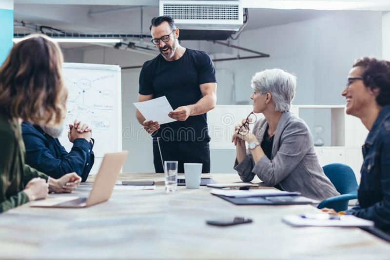 Entrepreneur sharing the project details with team royalty free stock photo