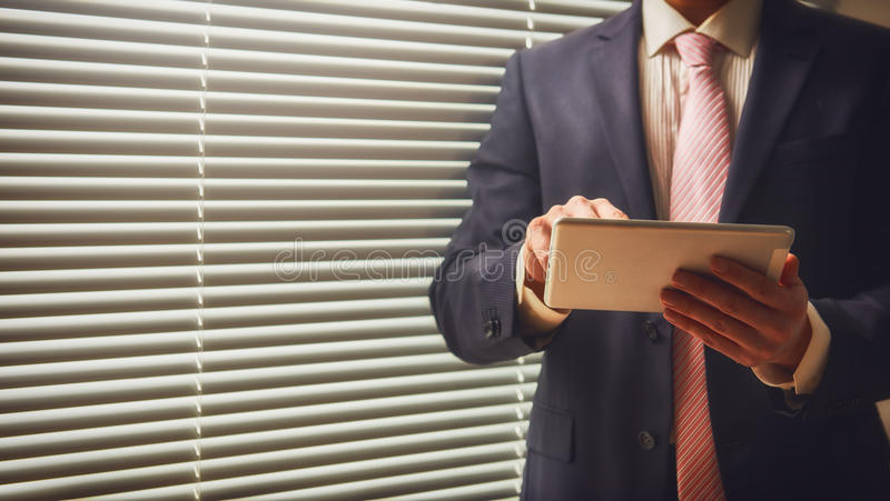 Entrepreneur travaillant au comprimé numérique photo stock