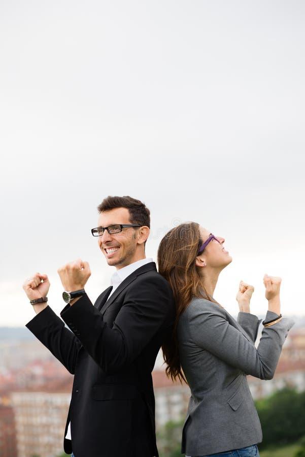Entrepreneurs d'équipe célébrant la réussite commerciale images stock