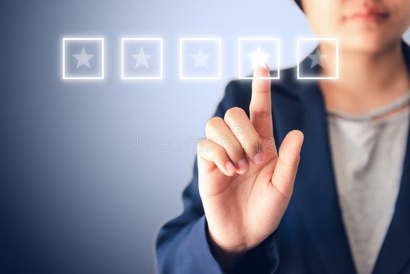 Entrepreneurs d'affaires La femme choisit la qualité de la certification et de la satisfaction Étoiles de la satisfaction Évalu photo stock