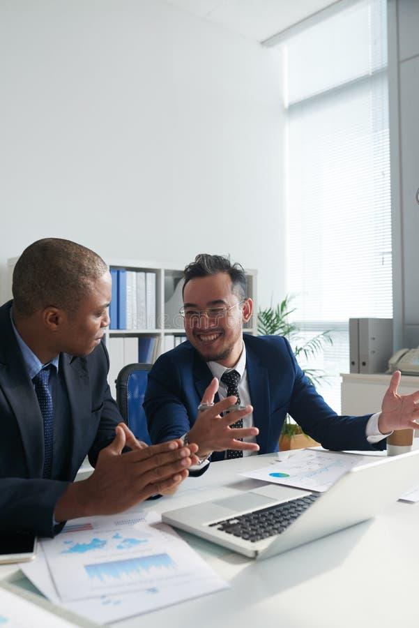 Entrepreneurs discutant des documents images stock
