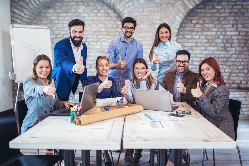 Entrepreneurs et gens d'affaires montrant des pouces  image libre de droits