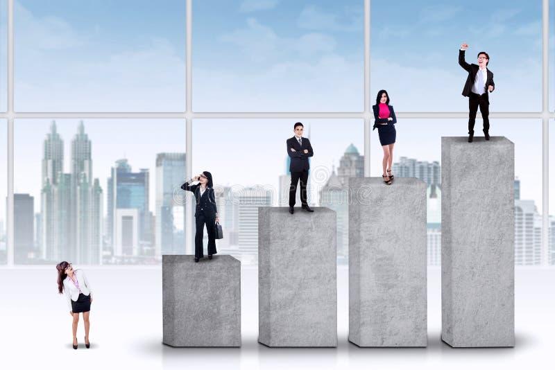 Entrepreneurs se tenant sur les barres de rang photos libres de droits