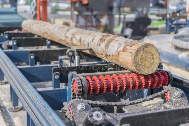Entreprise de travail du bois Machine de découpage en bois Ouverture partiellement fraisée une fraiseuse de bois de charpente por photographie stock