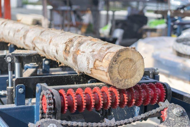 Entreprise de travail du bois Machine de découpage en bois Ouverture partiellement fraisée une fraiseuse de bois de charpente por photos stock