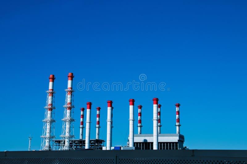 Entreprise industrielle contre un ciel bleu photographie stock