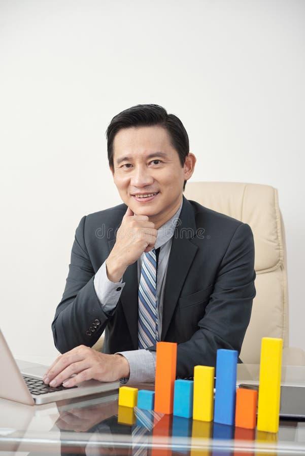 Entreprneur przy biurowym biurkiem obraz stock