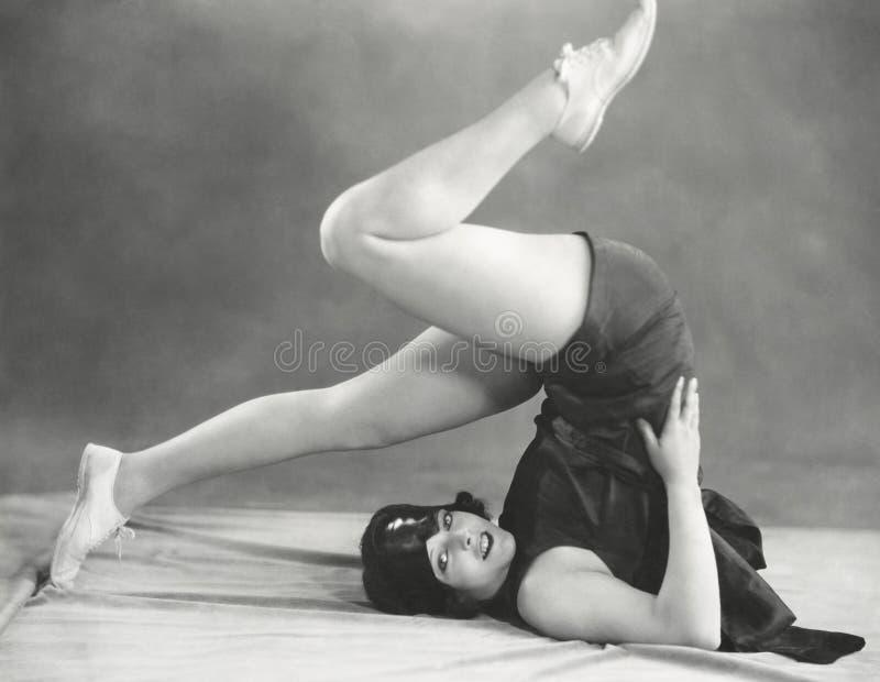 Entrer dans la pose de charrue de yoga photographie stock