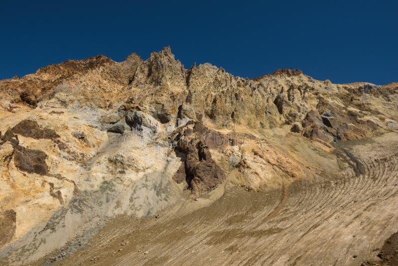 Download Entrer Dans Le Cratère Du Volcan De Mutnovsky Sur La Cendre A Couvert La Neige éternelle Photo stock - Image du gorge, froid: 76087458