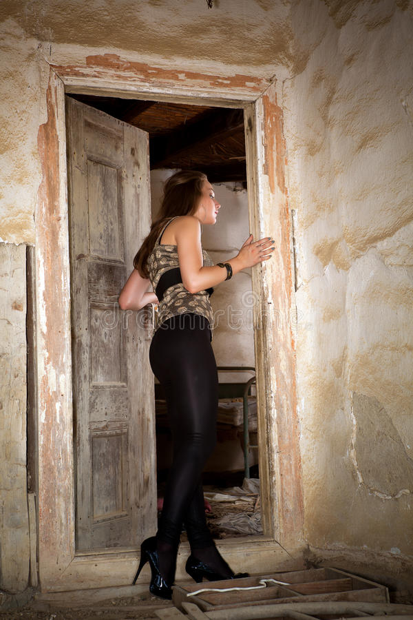 Entrer dans une maison abandonnée images libres de droits