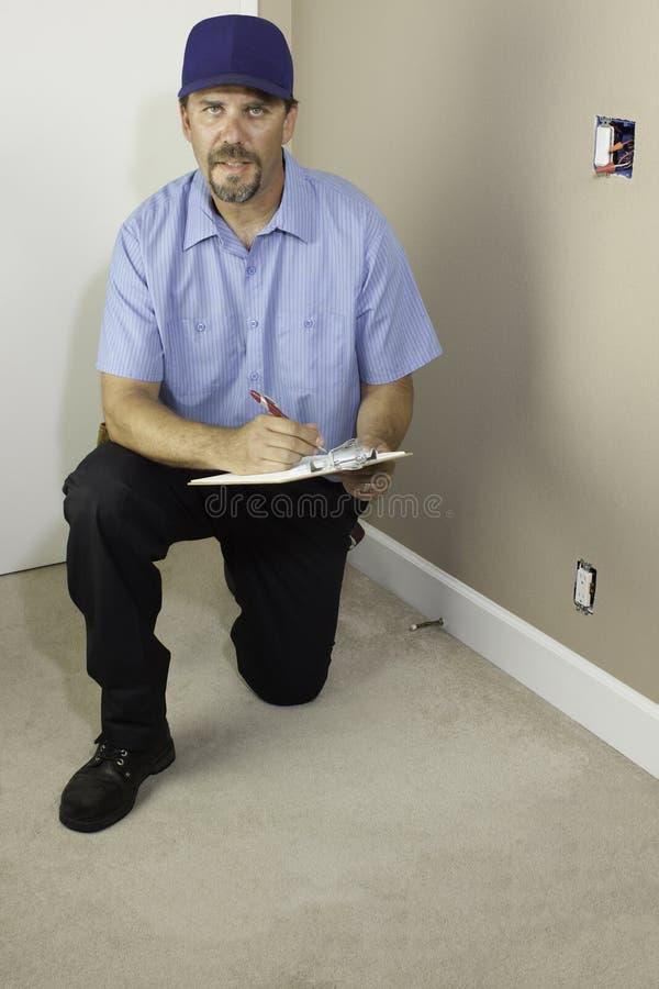 Entretenez l'homme se mettant à genoux avec le presse-papiers image libre de droits