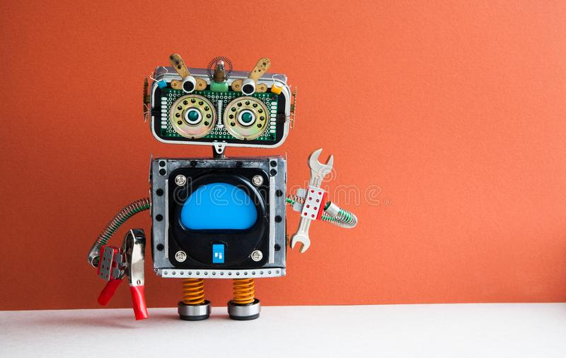 Entretenez le concept d'entretien de travail Bricoleur de robot avec la clé de main, pinces sur le fond rouge Interface vide d'or images libres de droits