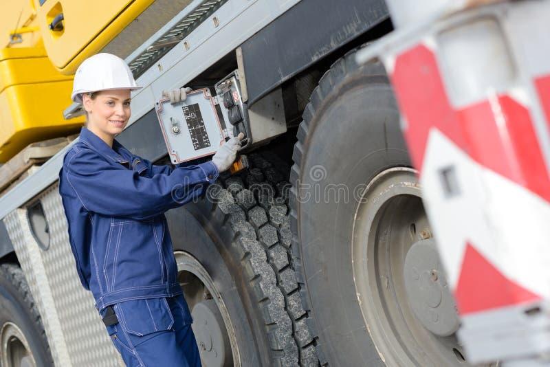 Entretenez le mécanicien fixant le camion lourd image stock