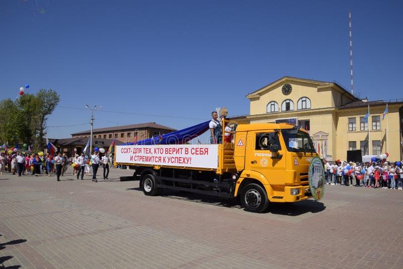 Entretenez les travailleurs de transport sur le cortège joyeux de mai Célébration premier le mai, le jour du ressort et du travai photo libre de droits