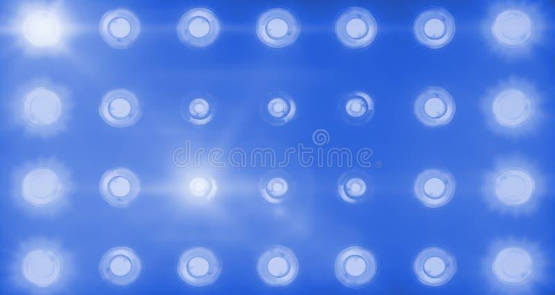 Entretenimento de luzes azul brilhante de piscamento da fase, projetores do projetor na greve escura, azul do projetor da luz sua foto de stock royalty free
