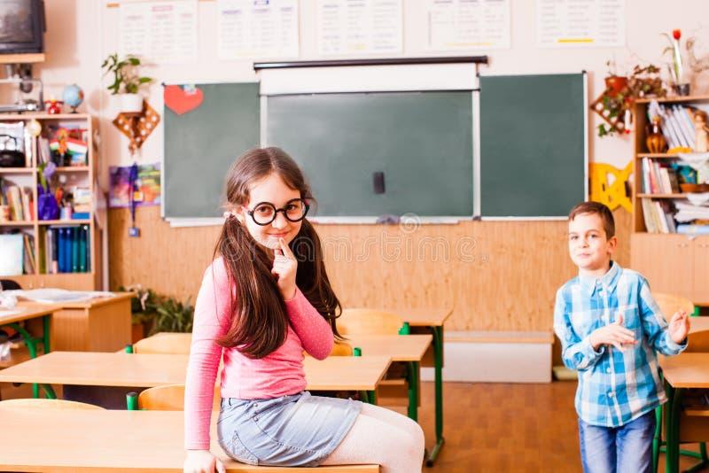 Entretenimento do ` s das crianças na sala de aula imagens de stock royalty free