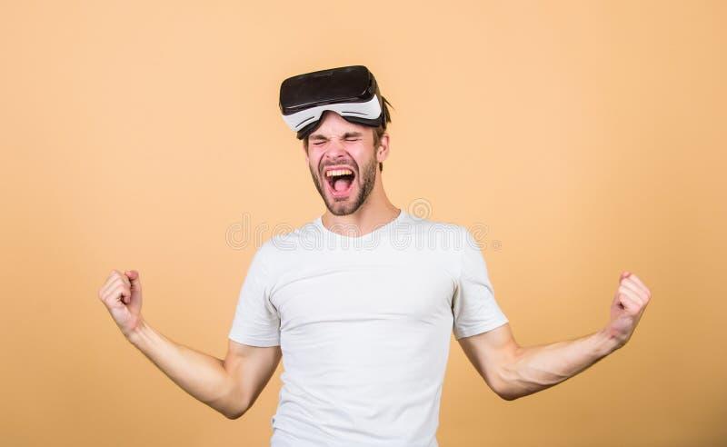 Entretenimento e educa??o Mundo 3D aumentado Simulação virtual Jogo do jogo do homem em vidros de VR Explore o espaço do cyber fotos de stock royalty free