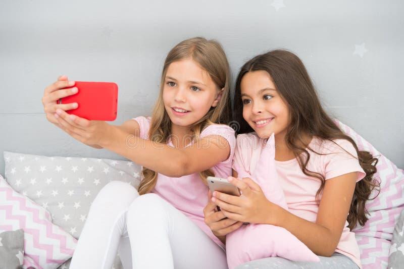 Entretenimento em linha Explore a rede social Smartphone para o entretenimento Crianças que tomam o selfie Aplicação de Smartphon fotografia de stock royalty free