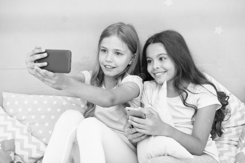 Entretenimento em linha Explore a rede social Smartphone para o entretenimento Crianças que tomam o selfie Aplicação de Smartphon imagens de stock