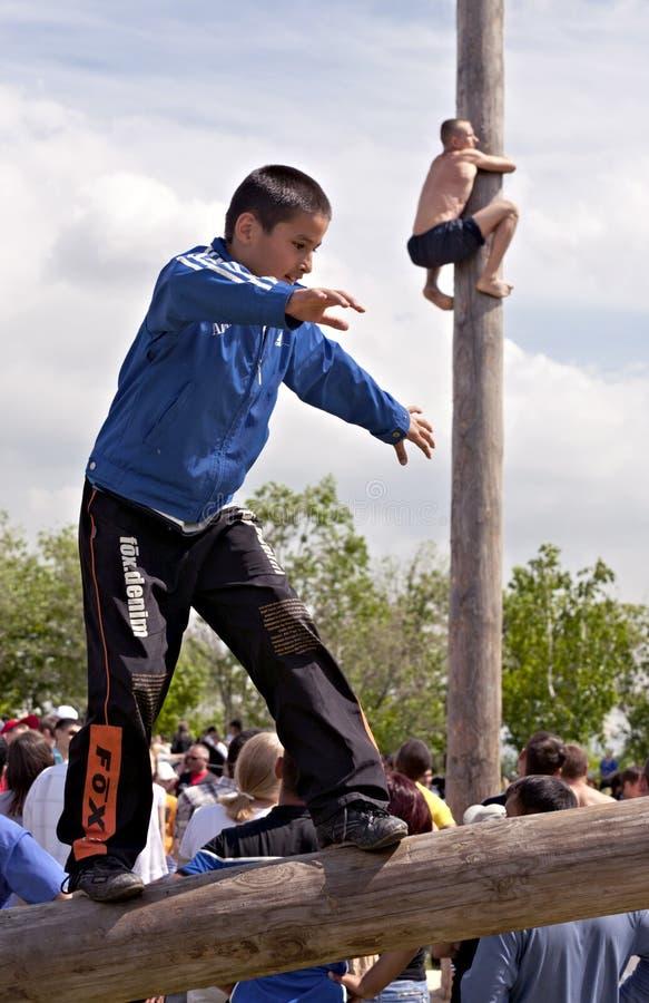 Entretenimento tradicional Tatar - andando no registro imagem de stock