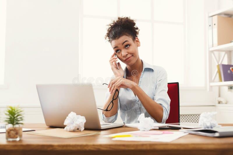 Entretien d'affaires, femme ennuyée parlant au téléphone au bureau image libre de droits