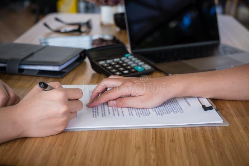 Entretien d'agent immobilier avec le client le vrai agent immobilier ont une réunion avec photo libre de droits