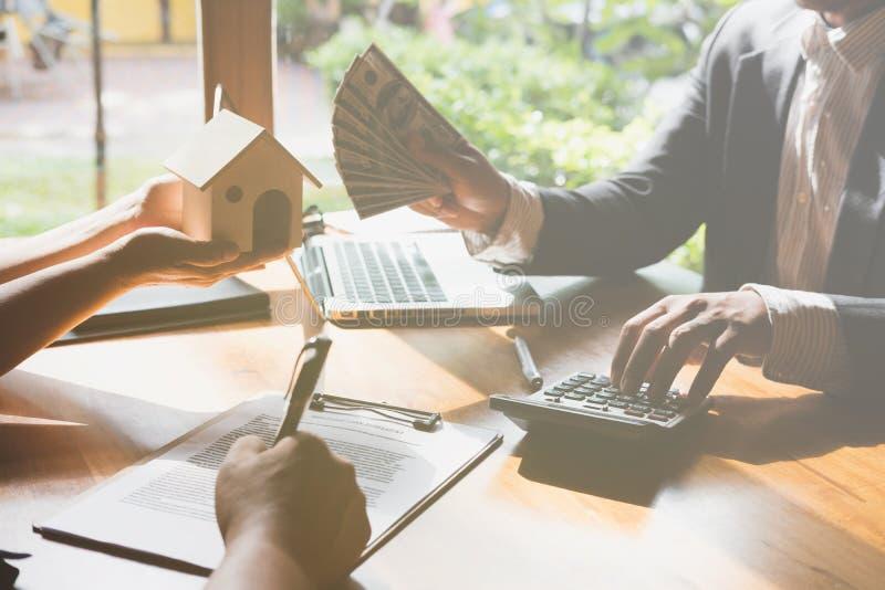 Entretien d'agent immobilier avec ses clients le vrai agent immobilier ont des WI d'une affaire photos stock