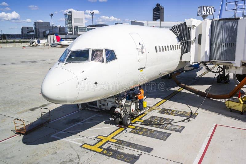 Entretien d'avion avant prochain vol images stock