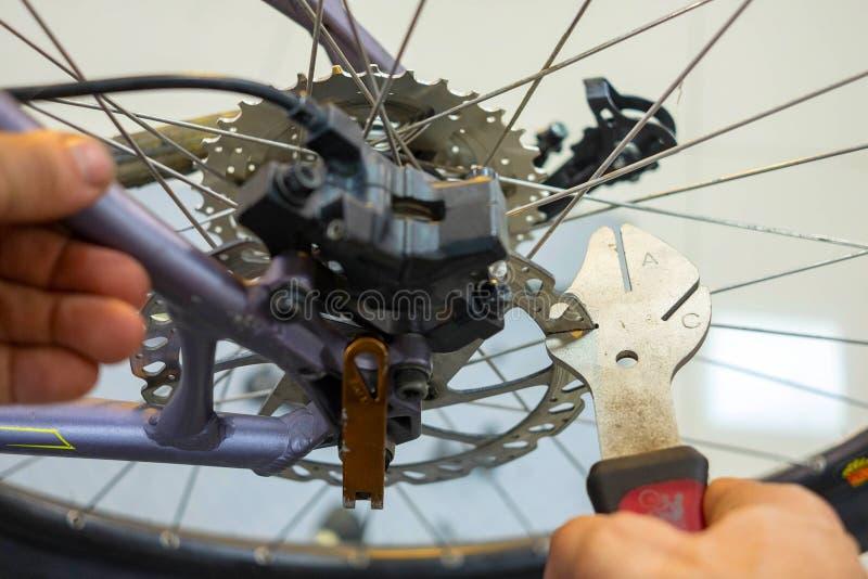 Entretien de bicyclette réparant les freins à disque sur un vélo de montagne images libres de droits
