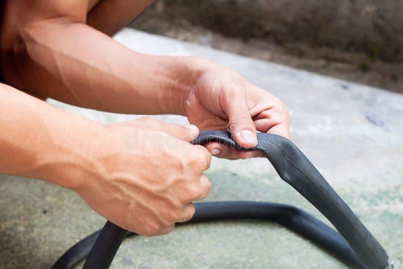 Entretien de bicyclette Réparation d'un pneu plat photo stock