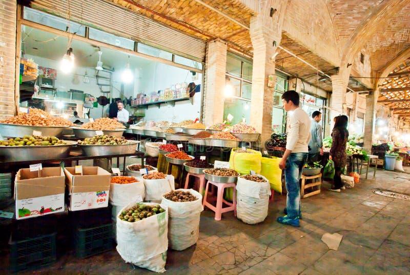 Entretien de commerçant de légumes frais avec le client à l'intérieur du bazar de ville le plus ancien photo stock
