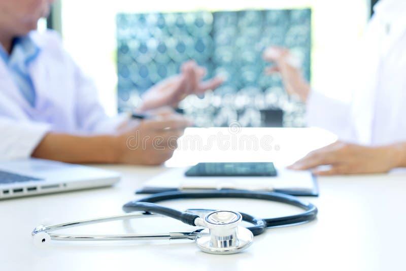 entretien de docteur à la clinique patiente de cerveau images stock