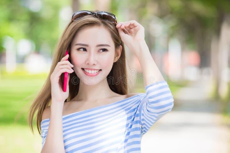 Entretien de femme au téléphone photo stock