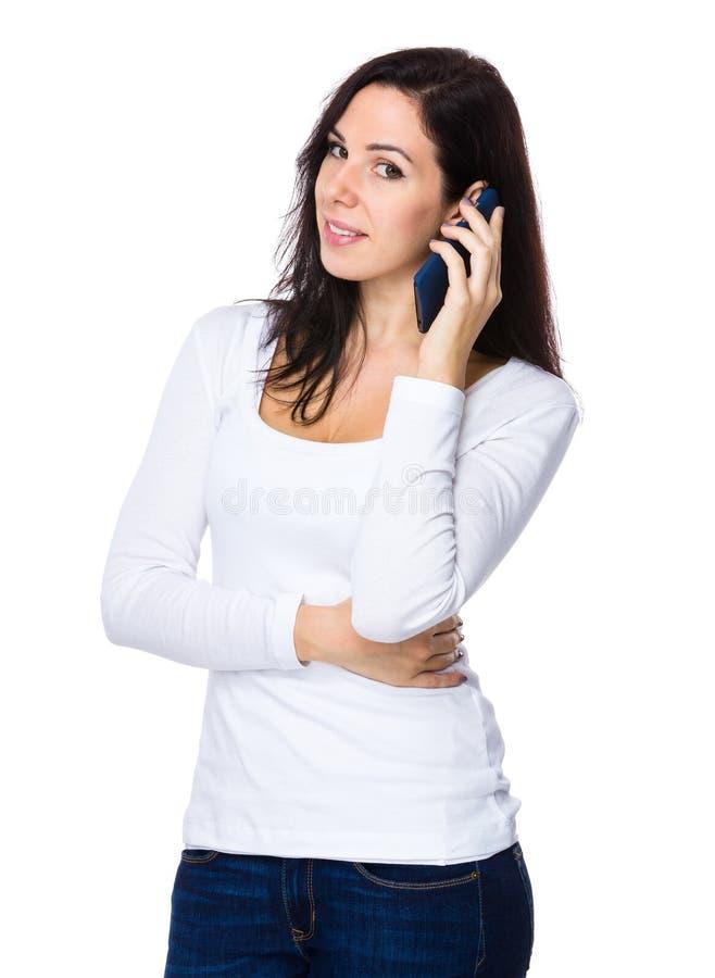 Download Entretien De Femme De Brune Au Téléphone Portable Image stock - Image du fille, beau: 56489873