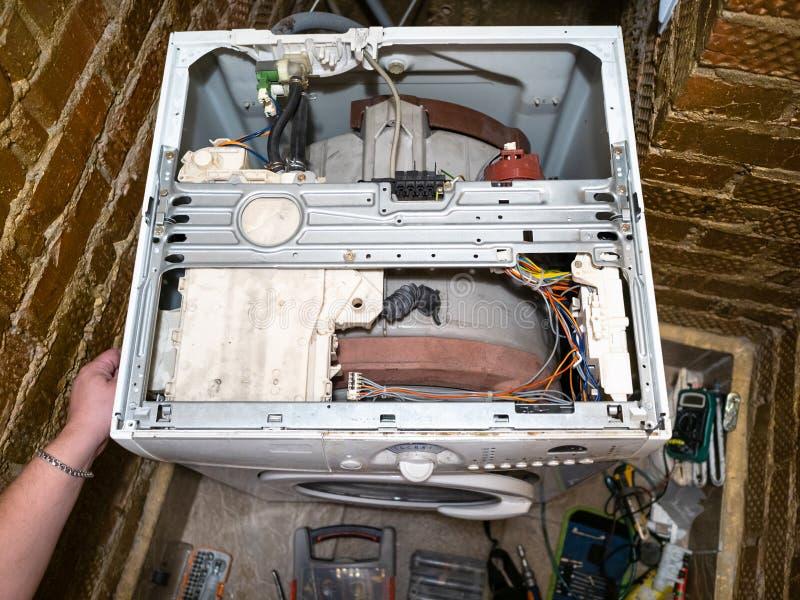 Entretien de service de vieille machine à laver photo stock