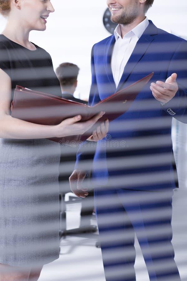 Entretien entre l'homme et les femmes au bureau image stock