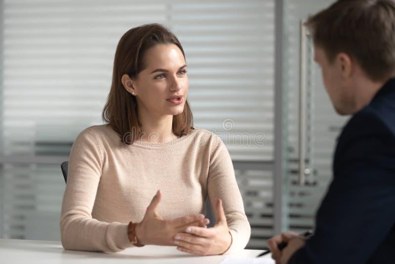Entretien femelle de directeur de demandeur de travail à l'heure lors de la réunion d'entrevue image libre de droits