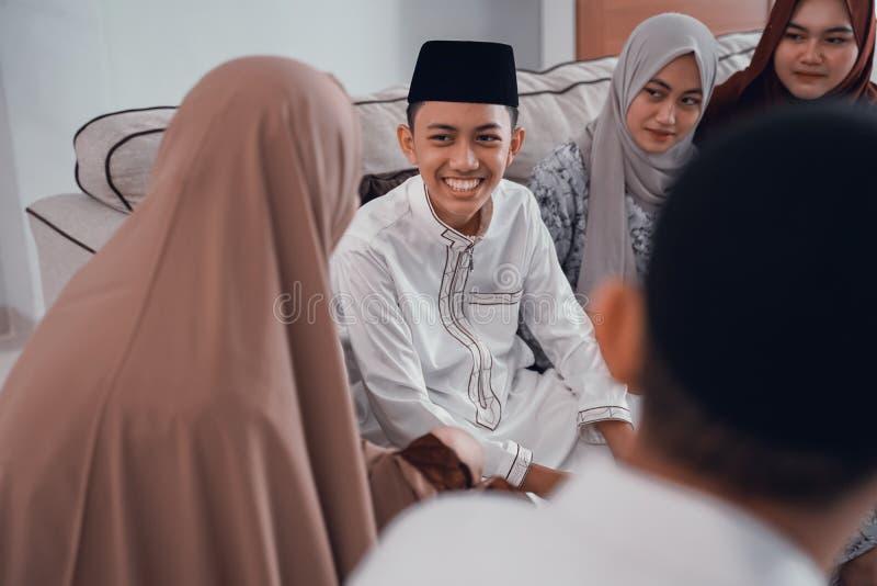 Entretien musulman asiatique de personnes entre eux à la maison ensemble images stock