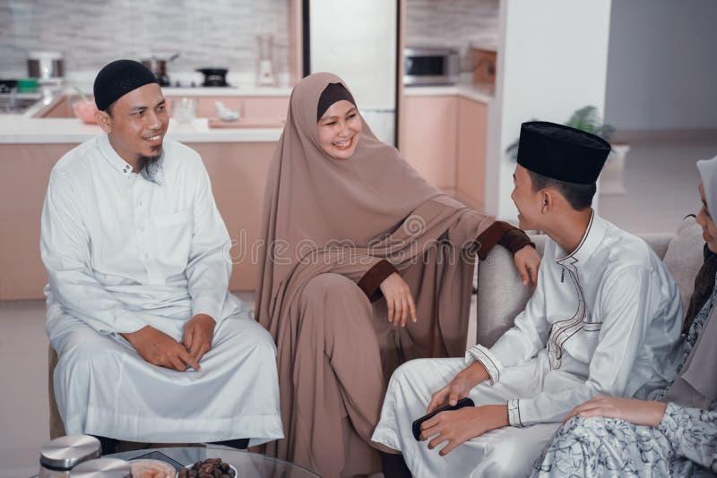 Entretien musulman asiatique de personnes entre eux ? la maison ensemble photographie stock