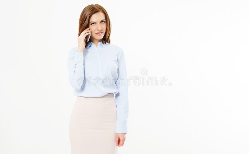Entretien sexy de brune de sourire sur le smartphone sur le fond blanc image libre de droits