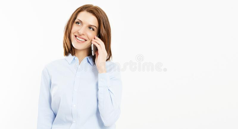 Entretien sexy de brune de sourire sur le smartphone sur le fond blanc image stock