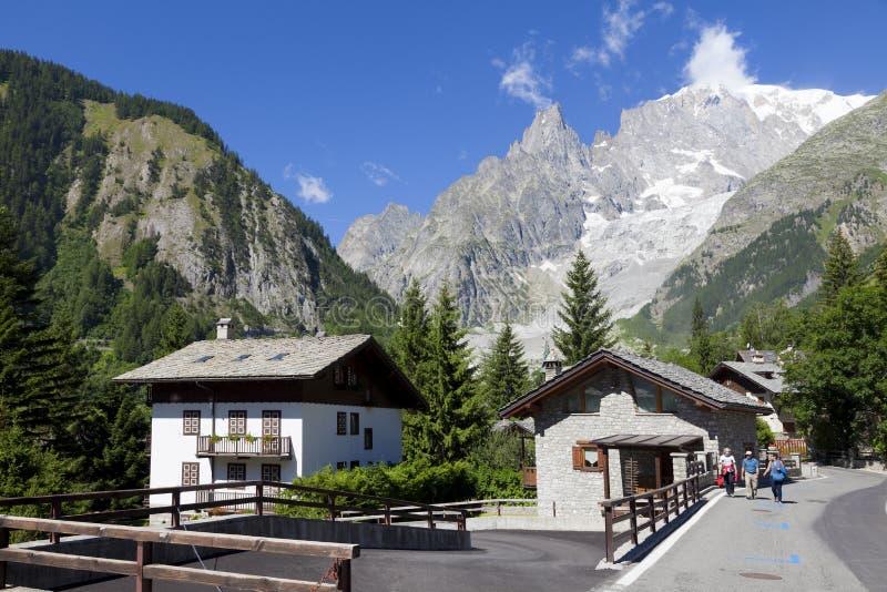 Entreves Courmayeur, ein schönes Dorf mit neuem Monte Bianco skyway lizenzfreies stockfoto